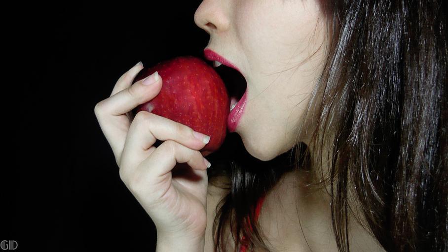 dívka v jablkem