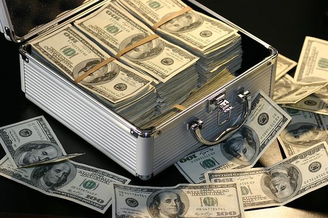 kufr plný pěnez
