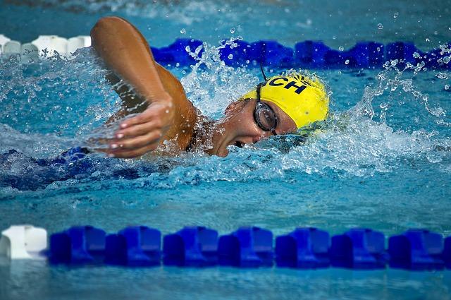 závodník v bazénu