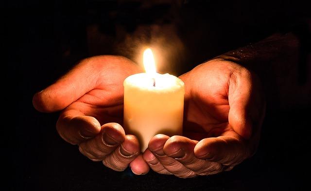 dlaně se svíčkou