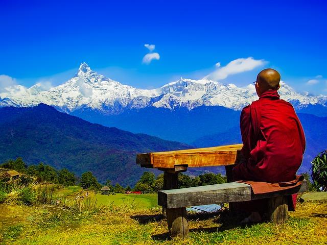 buddhistický mnich se dívá na himaláje